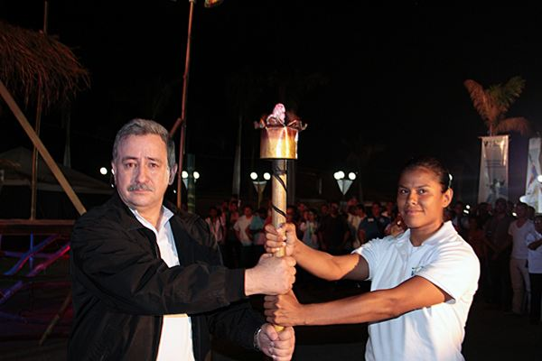 CSUCA President Telemaco Calavera hands over the torch to student-athlete Sayra Lagua (NCA/judo)