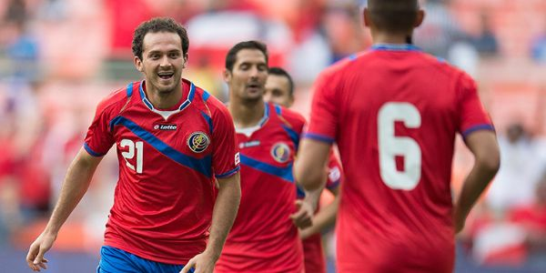 Marco Ureña (red jersey) heads for the goal in Costa Rica's Central American Cup win over Nicaragua on September 3, 2014, in Washington, D.C., at RFK Stadium. (Photo: Mexsport)