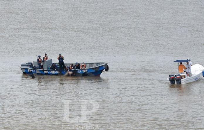 Nicaragua army recovering bodies from the Rio San Juan. Photo LA PRENSA/Oscar Navarrete