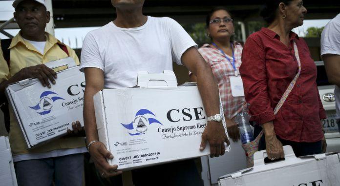 trabajadores-papeletas-votacion-domingo-nicaragua_
