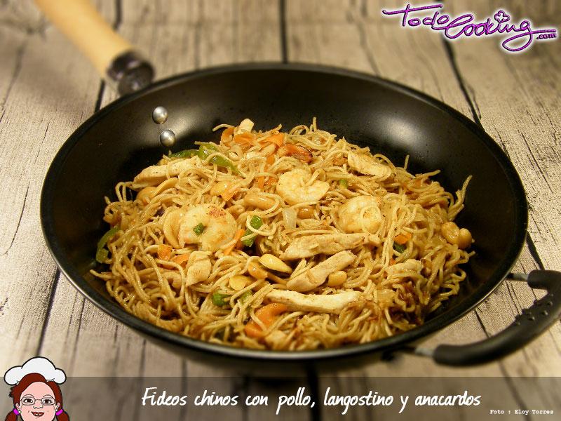 Fideos chinos con pollo, langostinos y anacardos
