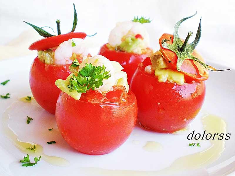 Tomates-rellenos-de-gambas-y-aguacate