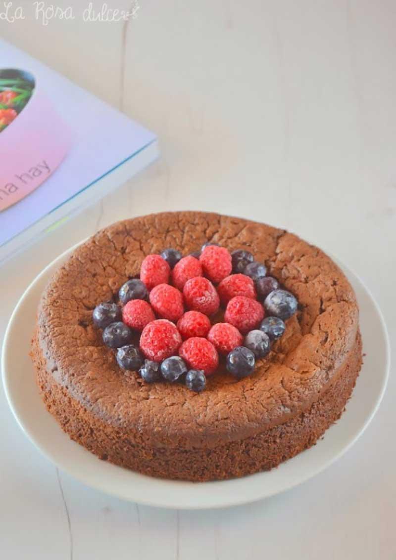 ##bizcocho-chocolate-frambuesas-arandanos