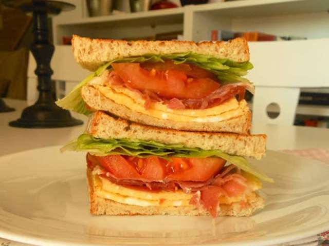 ##sandwich-jamon-tortilla-tomate sándwiches y bocadillos