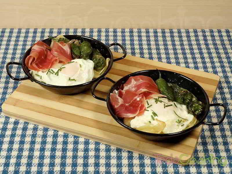 Huevos rotos con jamón patatas y pimientos