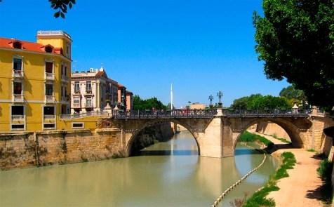 Puente de los Peligros que atraviesa el Río Segura a su paso por Murcia.