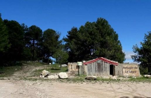 Refugio de madera en la falta de la Sagra que dispone de una explanada para el aparcamiento.