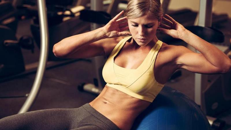 3. Si deseas abdominales más fuertes, debes fortalecer tu espalda: