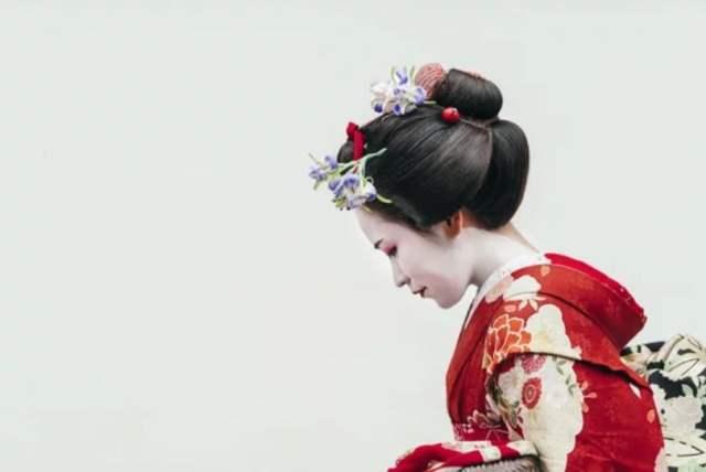 geisha red kimono maiko