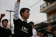 estudiantes con camisetas de SOS HALKIDIKI.en el desfile del día nacional de Grecia