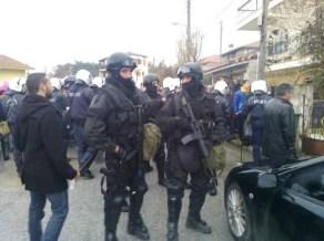 Cuerpo especial Antiterrorista contra la población que se opone a destruir su pueblo