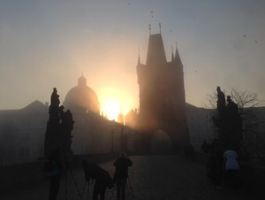 プラハ早朝ラン幻想的なカレル橋と朝日