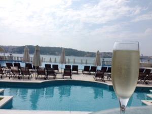 ホテルチュラーン・パレス・ケンピンスキー・イスタンブールスパークリングワインとプールの景色