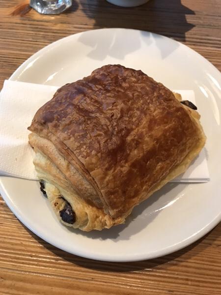 フランクフルトのお薦めカフェフランス風カフェLes Deux Messieursのパンオショコラ