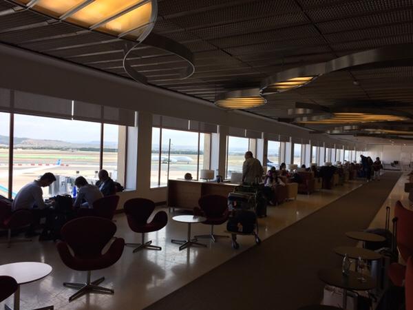 マドリード・バラハス空港 Sala Puerta de Alcalaラウンジ内書面がガラス張りで明るい