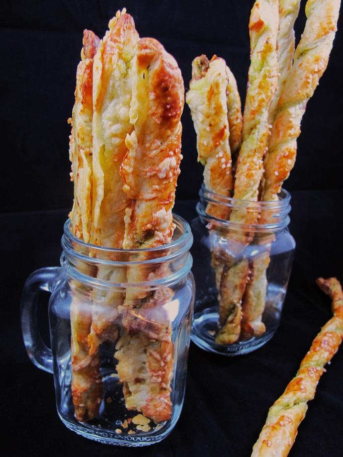 Blätterteigstangen mit Pesto