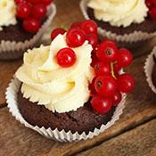 Brownie-Vanille-Cupcake mit Johannisbeeren