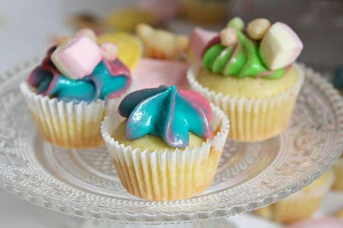 Bunte Mini Cupcakes Motto 2000er Jahre