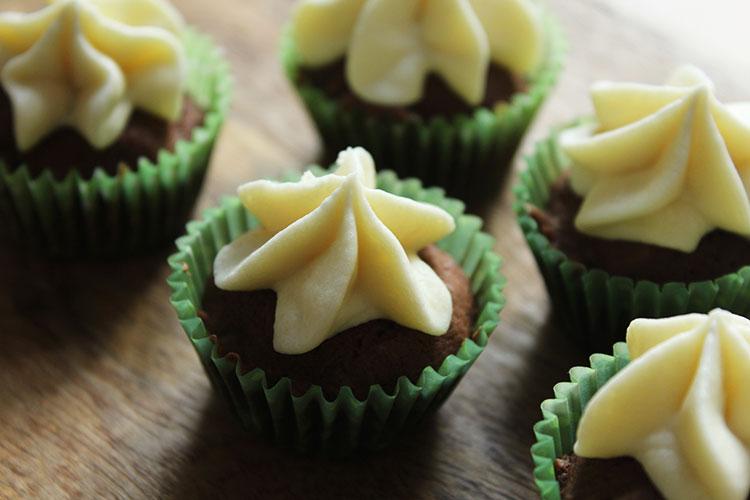 Mini Cupcakes dunkle und weiße Schokolade