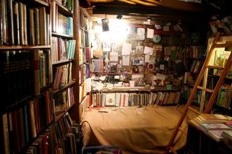 bed-in-shakespeare-bookstore