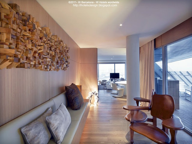 W_Barcelona_Extreme_WOW_Suite_Living_Area_with_Gaudi_s_Bench_Les plus beaux HOTELS DESIGN du monde_hotelsdesignmonde