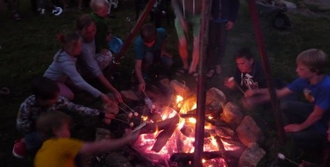 6995-lekkernijen bij het kampvuur op camping domaine le peyral