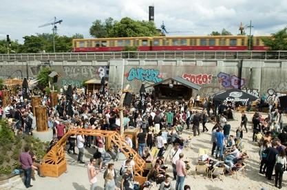 Im Club Magdalena wird anlässlich der Fête de la Musique am 21.06.2015 in Berlin gefeiert. Foto: Jörg Carstensen/dpa +++(c) dpa - Bildfunk+++