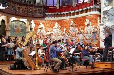 Een orkest repeteert in het Palau de la Música Catalana.
