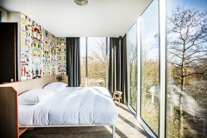 Amsterdam, Mauritzkade, Oosterpark, Generator Hostel, 14-03-2016 Slaapkamer op de derde verdieping met uitzicht over het Oosterpark.