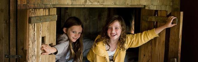 zon-zee-strand-gezinsvakantie-callantsoog-meisjes-in-de-bedstee-van-een-duinlodge-op-camping-duynpark