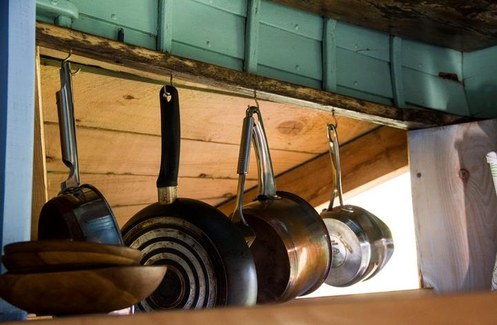 mull-calgary-eco-self-catering-kittiwake-stove-pans-720x540