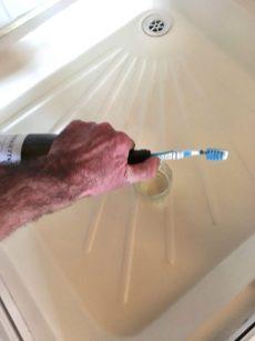 Hoezeee ! de kurk is uit de hals, hou nu met de tandeborstel de kurk op afstand van de hals en schenk in .