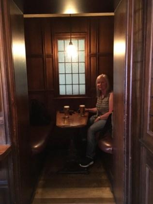 Anna i kabyssen på en pub på The Strand.