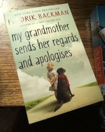 Fredrik Backmans Mormor-bok låg framme.