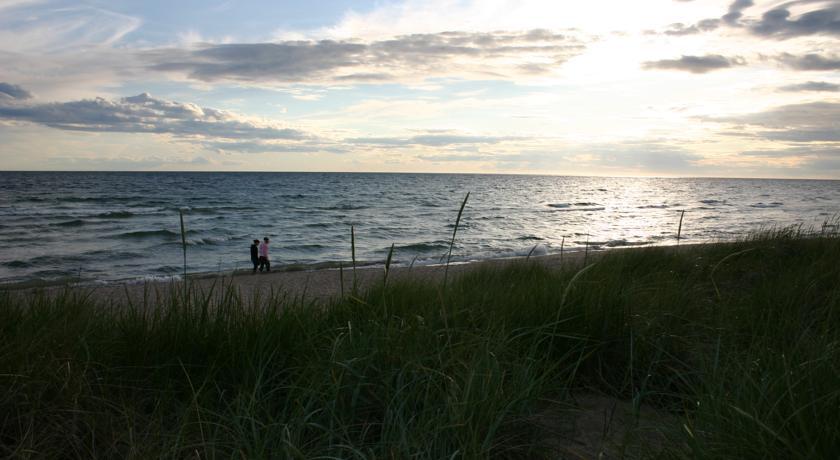 Vågor, strand och gräs vid Tofta Strandpensionat