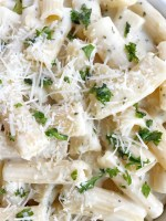 You can have this creamy garlic pasta on the dinner table in just 20 minutes! A quick & easy weeknight dinner recipe that everyone will love | www.togetherasfamily.com #dinnerrecipes #pastarecipes #meatlessrecipes #pastarecipes