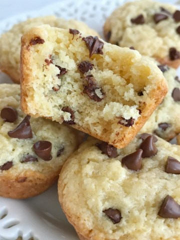 Muffins | Chocolate | Snack recipes | Mini muffins | Chocolate Chip Muffins | www.togetherasfamily.com