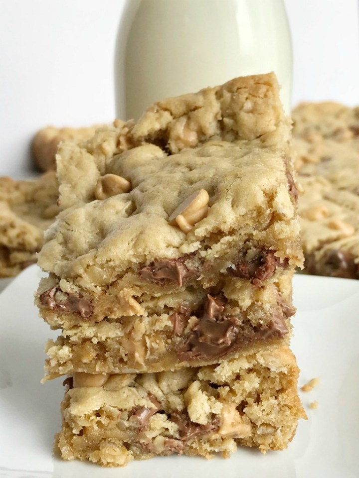 Oatmeal Chocolate Chip Peanut Butter Bars | Oatmeal chocolate chip peanut butter bars are a family favorite dessert that everyone loves. Soft cookie bars loaded with oatmeal, peanut butter, peanut butter chips, and chocolate chips. Everyone loves these soft-baked cookies bars. #easydessertrecipes #dessert #peanutbutter #chocolate