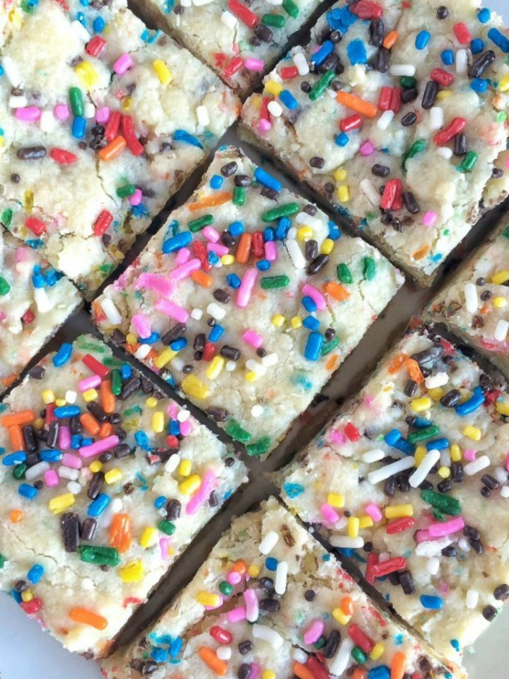 Soft, super sweet, white chocolate, funfetti cake mix, and a healthy dose sprinkles make these funfetti gooey cake bars a big hit! They are only 6 ingredients and super simple to make too.