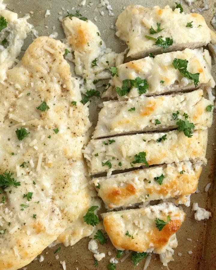 Baked Garlic Parmesan Chicken | Baked Chicken | Chicken Recipes | Baked garlic parmesan chicken is an easy dinner that everyone will LOVE! #easydinnerrecipes #chicken #dinner