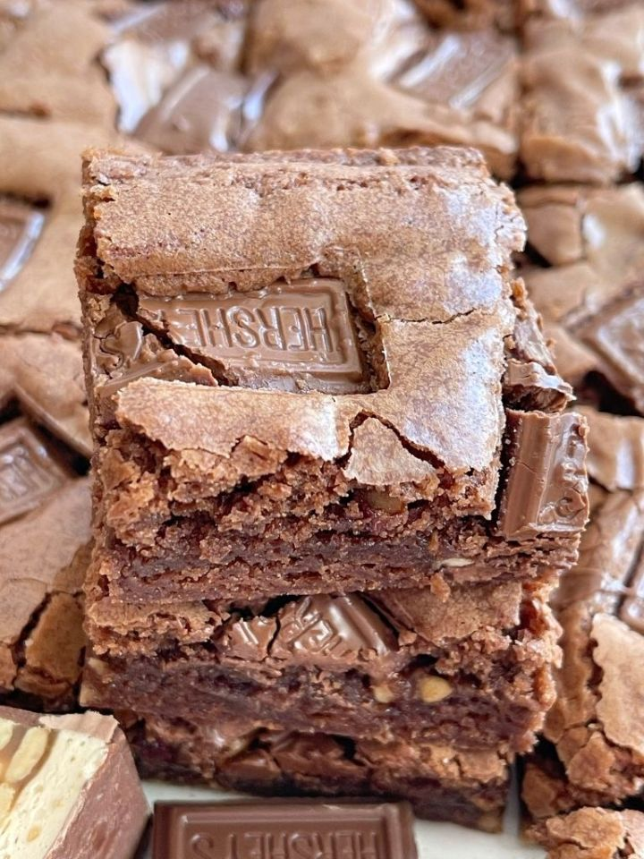 A picture of a candy bar brownies with chunks of candy bar showing.