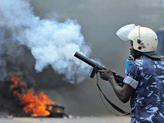 Policier togolais content de gazé les manifestants lome 1 Tirs de gaz lacrymogènes et jets de pierre à Adakpamé !