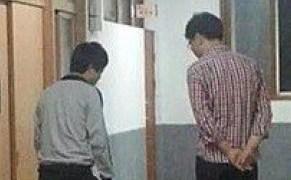 中国の寮の見回り教師は音も無く近づいてくる