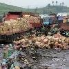 中国でトラックがひっくり返ると寄ってくる人々