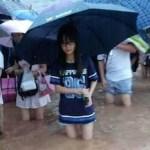【見てる方が赤面】大雨の冠水時 服を濡らしたくない中国女性の行動がコレ