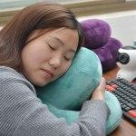 中国の電車の座席で居眠りする時 枕代わりにするものいろいろ