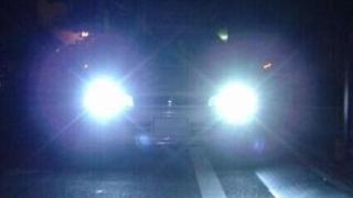 远光灯 – 中国では夜間ハイビームで車を走らせるとハイビームを浴びせられる罰を受けます。