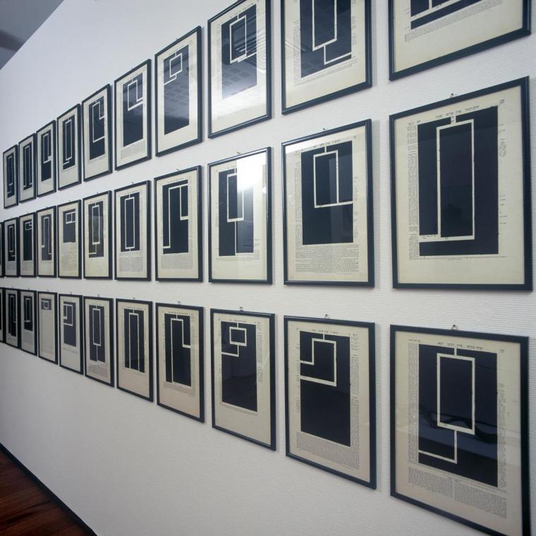 """הקדמה לעיקרון הביטוי היחסי, 1979 גיר שמן שחור על דפי תלמוד בבלי, 40X27 ס""""מ"""