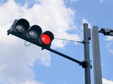 アメリカは赤信号でも歩行者が渡るのが常識?日本と違う交通事情