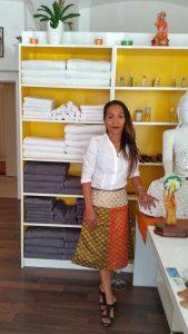 Aktuelles über uns Thailänsiche Massagetechnik von Frau Sirirat Srimuang Tok-Sen Wiener Traditionelles Thai Massageinstitut. Klassische Schmerz, Blockaden & Beauty Massage Behandlung Wien
